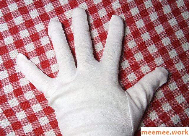 ダイソーの白手袋をつけた。手の甲